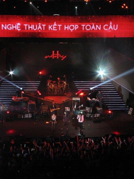Trong 1 đêm nhạc được nghe cả Whitney Houston và Michael Jackson